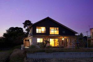 夜のへの字屋根のペットと暮らす家
