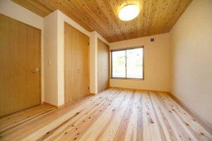 杉板貼りの寝室