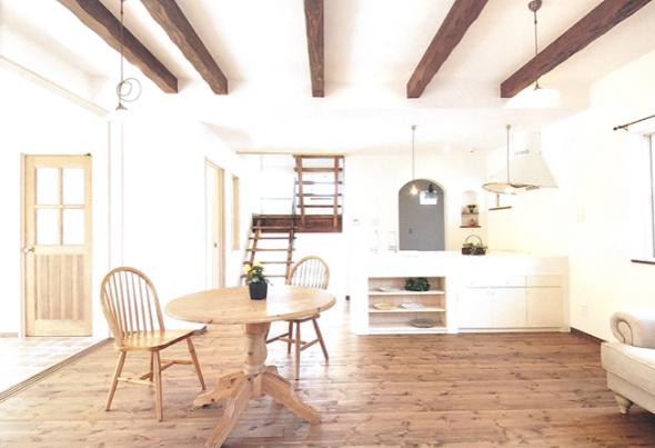 梁は古材風に加工し、オープンキッチンでお客様をおもてなし どこをみてもかわいい!そんなダイニングキッチン