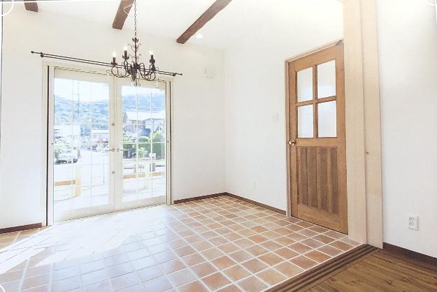 良い土地で、ガーデンを見渡せるこの部屋は  フラワーレッスンが度々行われるアトリエ。真っ白で開放的なわくわくする家になりました。