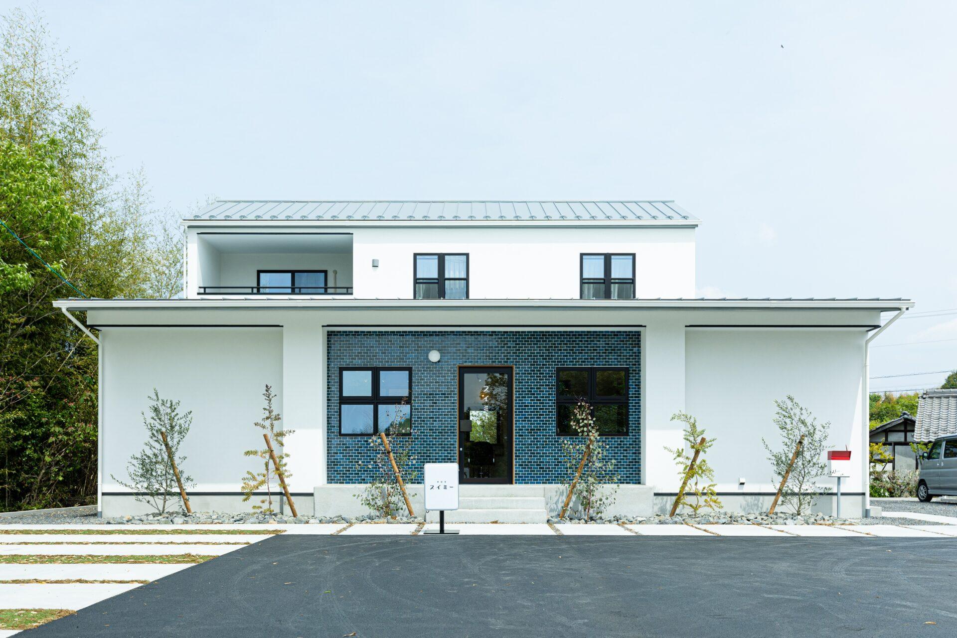 白いレトロな塗り壁のお家